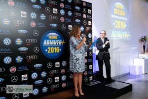 A editora do Oficina News, Carol Vilanova, apresentou a categoria Melhor Design no Prêmio Abiauto