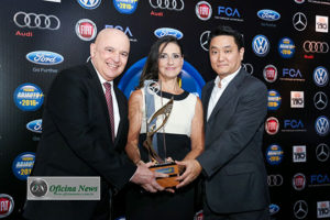 Célia Murgel entrega o prêmio de melhor carro do ano para a Volkswagen
