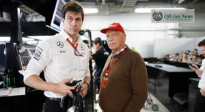 Niki Lauda, aqui ao lado de Toto Wolff, recebeu um transplante de pulmões e se recupera satisfatoriamente (Mercedes)