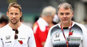 Button e Redding em passado recente. A flor indica uma tradicional campanha beneficente da Inglaterra (Foto McLaren)