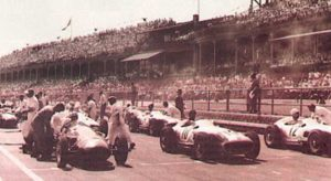 AIntree, 1955, a partir da esquerda: Behra, Fangio e Moss prontos para largar (Continental Circus)