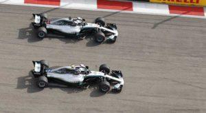 Bottas (Acima) acatou ordem da equipe que determinou vitoria de Hamilton (Mercedes)